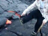 Mettre son pied dans la lave de volcan