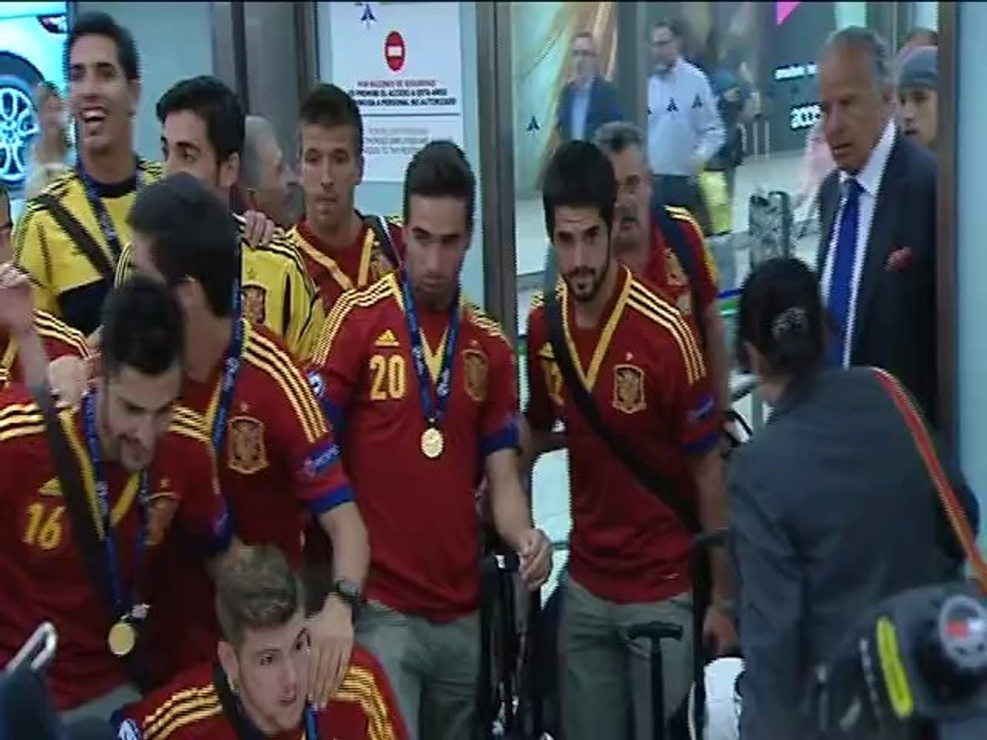 Spain Under-21s greeted by euphoric crowd at Madrid airport