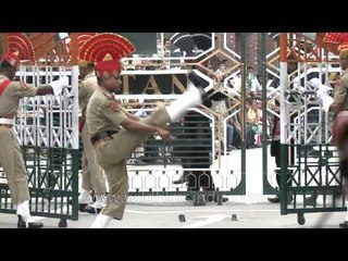 Indian troops do the goose-step at Pakistan border!