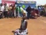 Dans un marché, cette Africaine sait manier le ballon !
