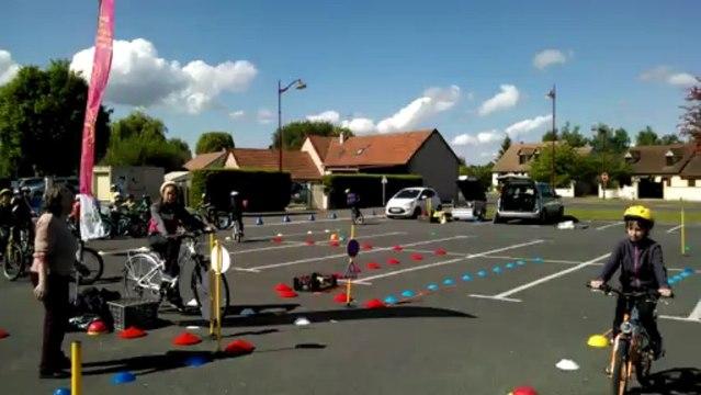Séance d'éducation routière à vélo dans une école de Romorantin