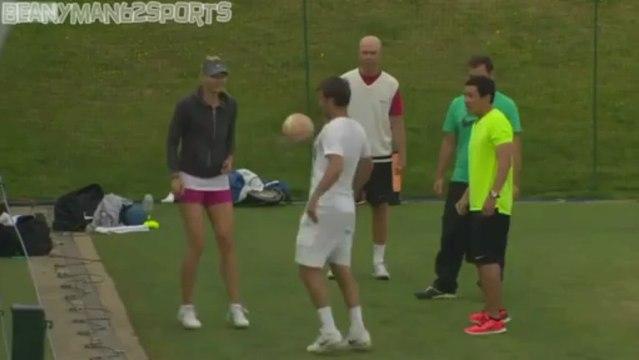 Maria Sharapova Shows Off Her Football Skills, Maria Sharapova Futbol Oynuyor - vedat şafak yamı