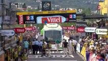 Un car bloque l'arrivée du Tour de France...
