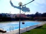 Un hélicoptère prend de l'eau dans une piscine!