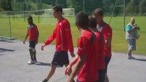 Οι παίκτες του Ολυμπιακού αποχωρούν από το Ζέεφελντ έπειτα από την τελευταία προπόνηση επί αυστριακού εδάφους