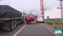 Les femmes au volant.. Grosse compilation d'accidents de voitures et autres créneaux...