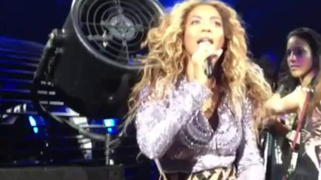 Beyoncé Knowles hair stucked in a fan during her show - so funny!