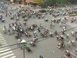 Le pire croisement du monde !! Des milliers de scooters, motos et vélos sans règlementation !!