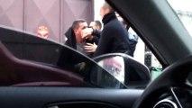 Un policier donne un coup de tête dans la rue
