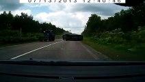 Un tracteur projette une voiture en tonneaux !! Accident de la route impressionnant !!
