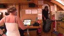 Pascal, chef scientifique, et Thomas, scientifique, embarquent à bord de Tara © A.Deniaud/francetv nouvelles écritures/Thalassa/Tara Expéditions
