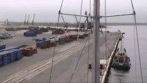 L'activité est paisible au port de Doudinka. Un bateau pilote est à quai près de Tara © A.Deniaud/francetv nouvelles écritures/Thalassa/Tara Expéditions