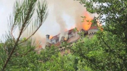 Le château de Paulhac en proie aux flammes