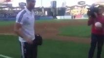 Cristiano Ronaldo jongle avec une balle de baseball