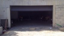 Porte de garage sectionnelle plafond Sécura motorisée et posée par APG Accès Portes de Garage
