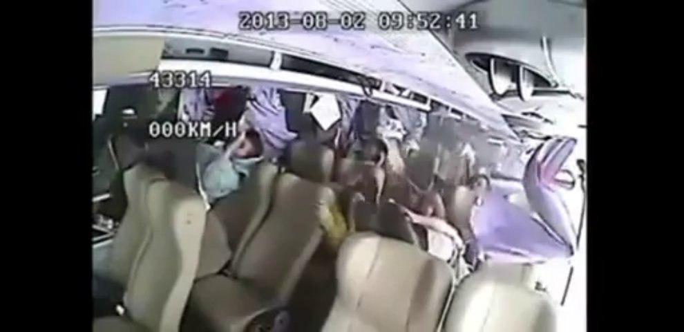中国バス追突事故 車内映像