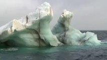 Tara longe les côtes de l'archipel de François Joseph et croise sur son chemin de nombreux icebergs © A.Deniaud/francetv nouvelles écritures/Thalassa/Tara Expéditions
