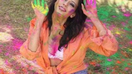 Hot Model Rozlyn Khan Hot HOOLI In Public