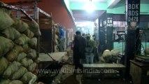 Azadpur mandi-unloading goods-1