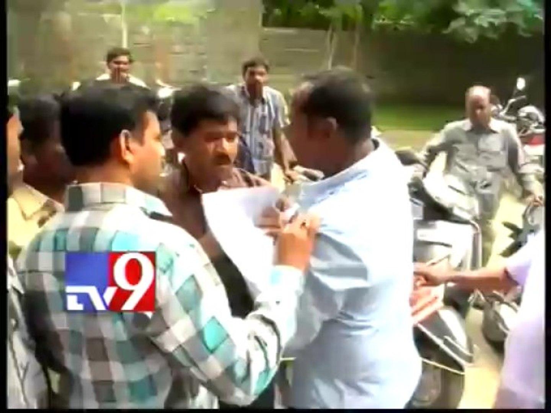 Seemandhra Telangana employees clash in Jala Soudha