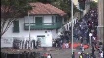 Femme vient aider des policiers à Bogota (Colombie)