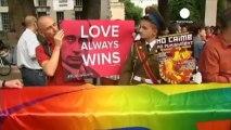Gli attivisti dei diritti omosessuali si molitano contro...