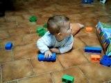 esteban 9 mois joue aux légos