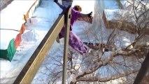 un russe saute dans neige depuis le toit d'un bâtiment. Dingue!