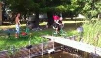 Tentative de saut dans l'eau en vélo... Il fini dans la boue!