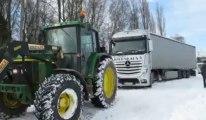 Wallon-Cappel : un tracteur tire un semi-remorque en panne