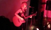 Mary Ocher, déesse du punk rock au vernissage de Ich bin ein Berliner  au Quai de la Batterie (Arras)