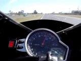 O que fazer ao ser ultrapassado a 299 km/h?   Honda CBR 1000 vs. Suzuki GSX-R SRAD