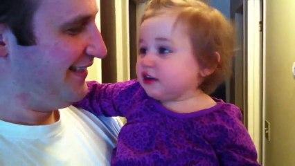 Une petite fille a peur de son papa rasé