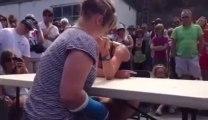 Elle se casse le bras en faisant un bras de fer!
