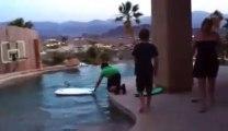 Surf dans une piscine : Gros FAIL. Il tappe la tête au bord!