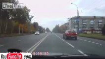 Accident de voiture et piéton écrasé, en même temps... 2 en 1 comme le shampoing! RUSSIE!!!!!