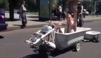 Prendre son bain en moto?? Rouler en Baignoire?? LOL