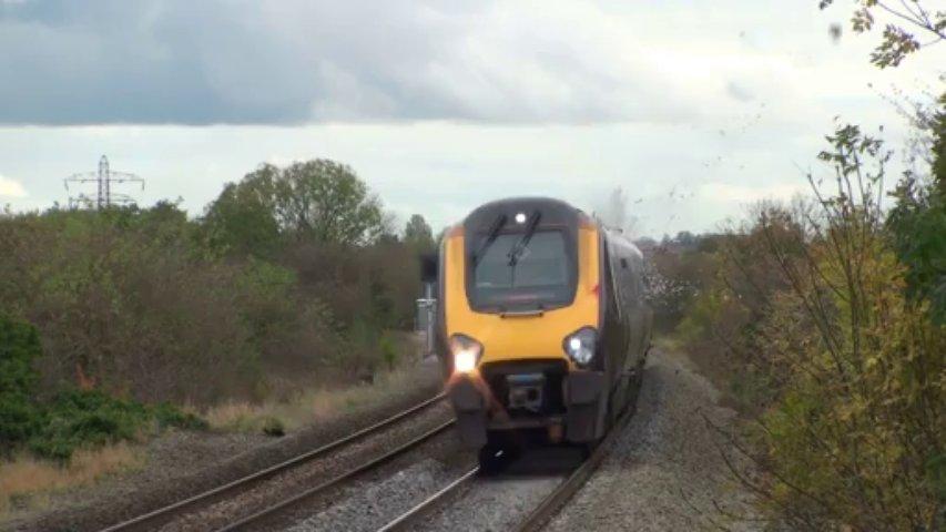 Un pigeon explosé par un train en plein vol!!