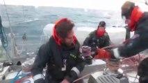 L'équipage hisse les voiles en Mer de Baffin dans 30 noeuds de vent © V.Hilaire/francetv nouvelles écritures/Thalassa/Tara Expéditions