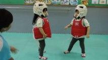 Combat de Taekwondo entre deux fillettes