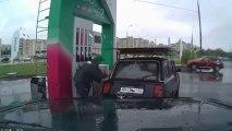 Pompiste danseur dans une station essence en Russie