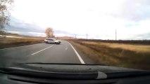La surprise derrière le camion... Une voiture en aquaplaning! Gros crash en Russie.