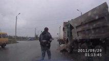 Un chauffeur de camion bourré explose une voiture et se fait éjecter du camion. Ridicule!