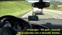 Course entre une voiture Audi R8 et deux motos