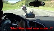 Course entre une Audi R8 et deux motos