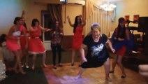 La danse de la grand mère russe