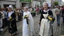 Quimper. La reine de Cornouaille défile avant de laisser sa couronne
