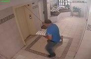 Un chien pas loin d'être écrasé par un ascenseur... Chaud!