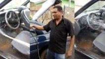 Il lave l'intérieur de sa voiture au jet d'eau