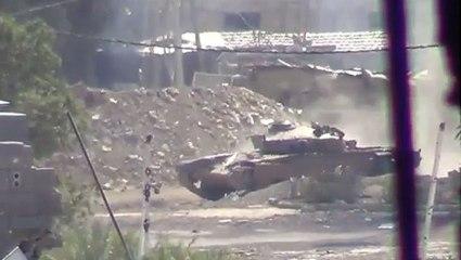 Il film en direct un char qui lui tire dessus